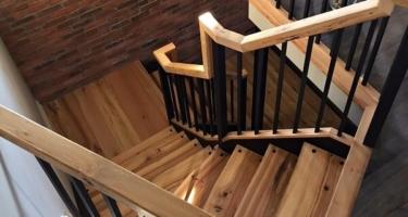 Деревянная лестница на металлокаркасе на заказ