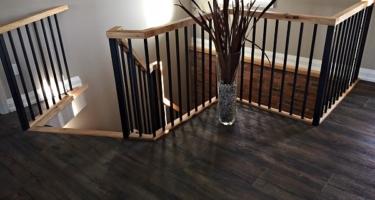 Лестница из дерева и металла в доме