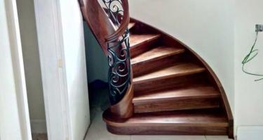 Лестница из дерева с кованными балясинами на тетивах