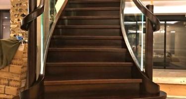 Лестница из массива дерева под заказ в Краснодаре