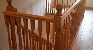 Лестница из массива дуба на заказ на тетиве и косоуре