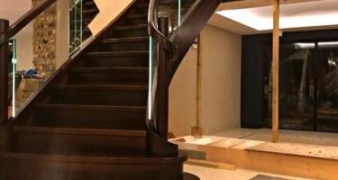 Лестница из массива под заказ в Краснодаре