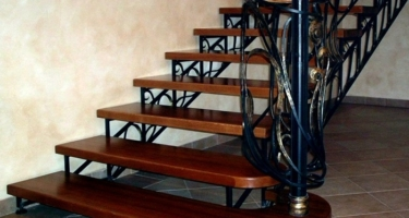 фото обшивки металлической лестницы деревом в Краснодаре