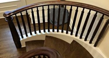 Винтовая деревянная лестница на 2 этаж дома