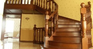 деревянная лестница на заказ в Краснодаре