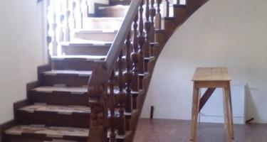 фото бетонной лестницы облицованной деревом на этапе работ в Краснодаре