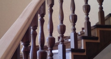 фото бетонной лестницы облицованной деревом после работ в Краснодаре