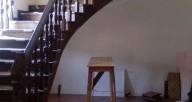 фото бетонной лестницы облицованной деревом в Краснодаре
