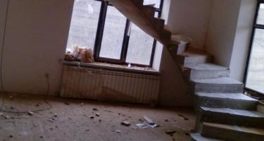 фото до отделки бетонной лестницы в частном доме деревом в Краснодаре