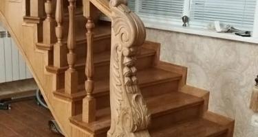 фото лестницы облицованной деревом в Краснодаре