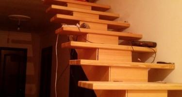 фото отделки монолитной лестницы деревом на этапе работ в Краснодаре