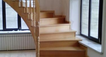 фото после отделки бетонной лестницы в частном доме деревом в Краснодаре