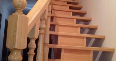 фото после отделки монолитной лестницы деревом в Краснодаре