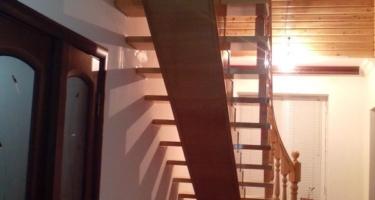 фото после отделки монолитной лестницы деревом низ в Краснодаре
