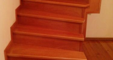 фото лестницы металлической обшитой деревом после