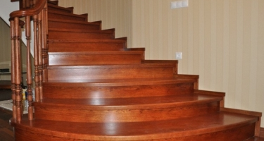 фото отделка бетонной лестницы деревом в Краснодаре