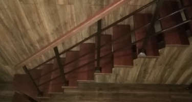фото отделки лестниц из металла деревом в Краснодаре