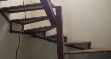 фото отделки металлической лестницы деревом
