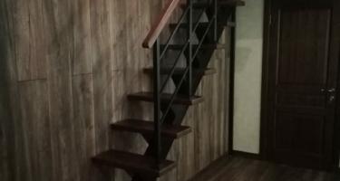 фото отделки железной лестницы деревом
