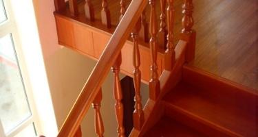 фото строительства деревянной лестницы в частном доме цена