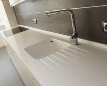 акриловая рабочая поверхность на кухню