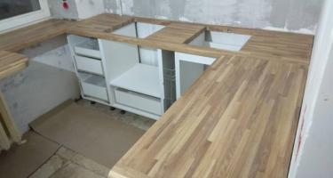 классическая кухня с деревянной столешницей