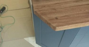 серая кухня с деревянной столешницей