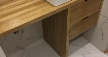 раковина на деревянной столешнице в ванной фото в Краснодаре