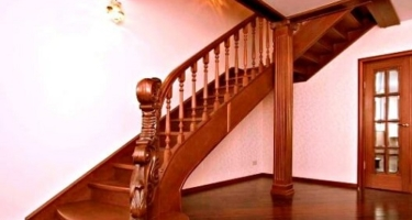 Г-образная деревянная лестница с поворотом на 90 и площадкой на второй этаж частного дома в Краснодаре