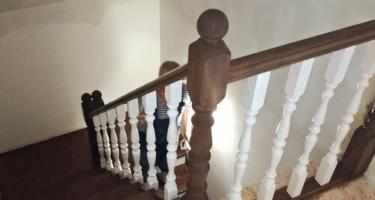 Деревянная лестница с площадкой на косоурах
