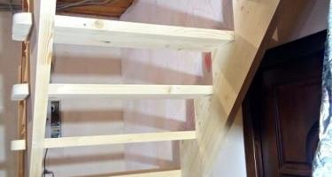 деревянная одномаршевая лестница на второй этаж в Краснодаре