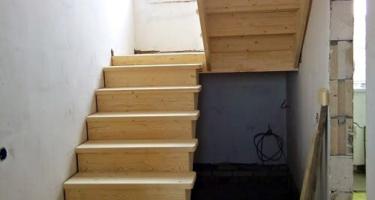 Лестница из дерева на 90