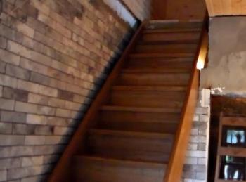 прямая деревянная лестница на тетивах из дерева