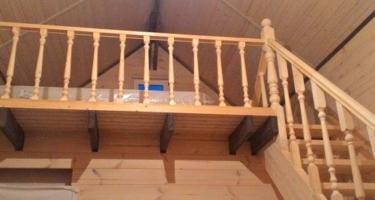 прямая деревянная лестница в деревянном доме в Краснодаре