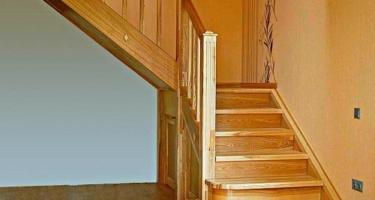Изготовление Г-образной деревянной лестницы на заказ в Краснодаре