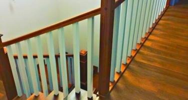 Изготовление угловой Г-образной деревянной лестницы с поворотом на 90 и площадкой