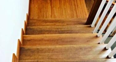 Изготовление угловой деревянной лестницы в Краснодаре на заказ