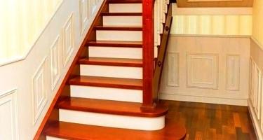 Сборка и монтаж Г-образной деревянной лестницы на 2-ой этаж частного дома в Краснодаре