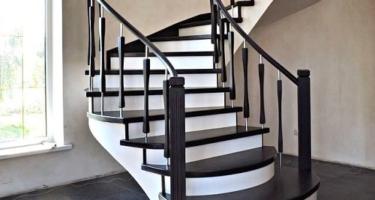 Забежная деревянная лестница с поворотными ступенями на 90