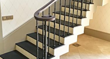 деревянная лестница с забежными ступенями фото