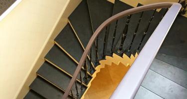 забежная деревянная лестница с поворотом