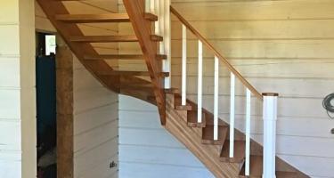 забежная лестница в деревянном доме