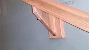 Крепления и поручень на лестнице из дуба
