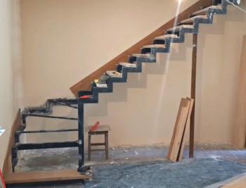 Отделка металлического каркаса лестницы буком