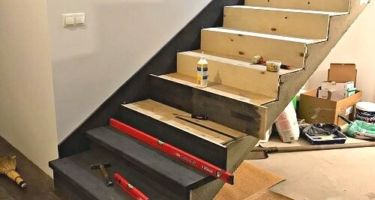 Установка деревянных ступеней на бетон
