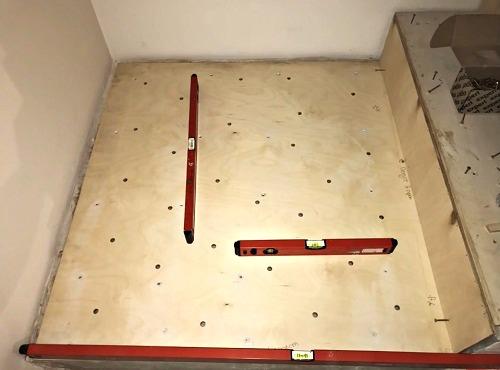 клеим фанеру на бетон