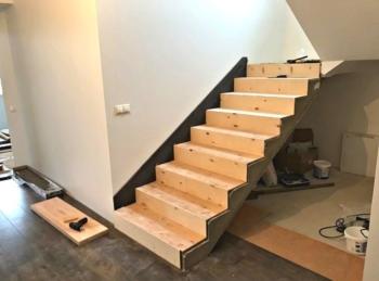 косоур на лестнице из бетона