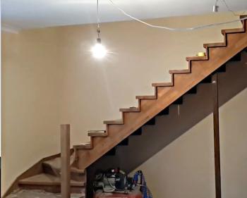 обшивка металлокаркаса лестницы буком