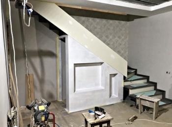Отделка пространства под ступенями