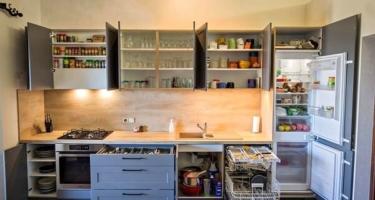 Фото функционала серой кухни из натурального массива